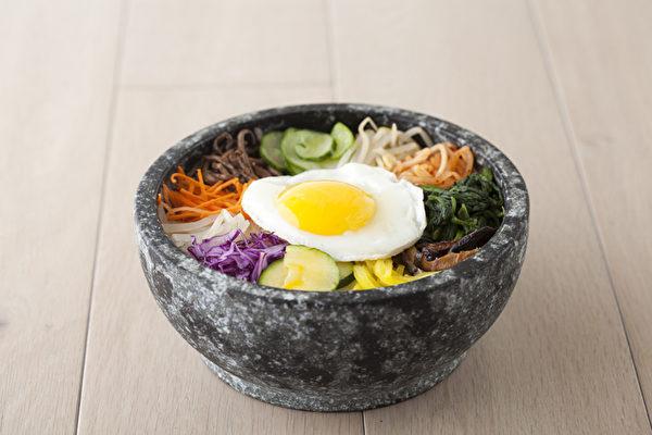 多種配料的石鍋拌飯。(店家提供)