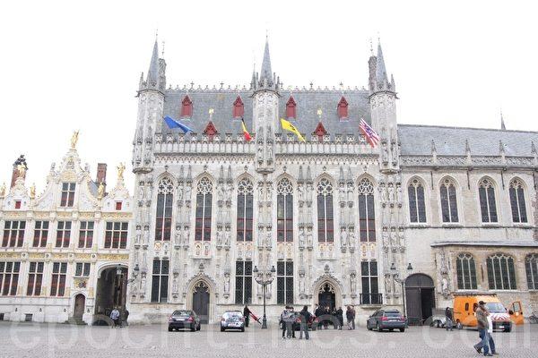 比利时布鲁日城堡广场的布鲁日市政厅。(章乐/大纪元)