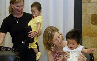 在孤儿院已满的情况下,在20世纪90年代初,中国开始允许国际收养。当国际上对健康中国婴儿的需求大与供应时,双胞胎被分开了。(Peter PARKS/AFP PHOTO)