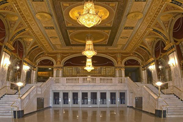 康州Waterbury的皇宫剧院(Palace Theater)是在州府注册的国家级历史古迹。剧院内的装潢设计主要是文艺复兴流派,翻新后的剧院内部看上去更加富丽堂皇,既有着古老的欧洲皇室的气派架构,又具备现代的技术设施,使所有现场观众有贵为皇族的感觉。(Palace Theater)(大纪元记者站)