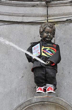 比利時首都布魯塞爾的市標「尿尿小童」銅像,第一次穿上中山裝。攝於2012年7月6日(GEORGES GOBET / AFP)