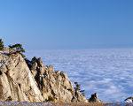 阳光照射在云中的悬崖和大海。克里米亚山脉。 (图片来源:Fotolia)