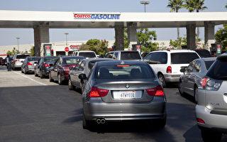 2月25日﹐消費者權益保護組織和業內專家說﹐到本週末﹐南加油價可能會大幅飆升30美分/加侖。圖為南加州一家Costco加油站。(季媛/大紀元)