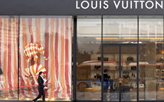 路易威登(LV)今年预计在大陆关闭1/5的分店,国际精品业在大陆已掀起一波出走潮。图为LV在中国成都的专卖店。(LIU JIN/AFP)