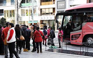 数据显示,今年中国人出境过年的数据再创新高,达600万人,且自由行市场更是达到空前繁荣,邮轮过年游也有大幅增长。图为中国游客在日本。(TOSHIFUMI KITAMURA/AFP/Getty Images)