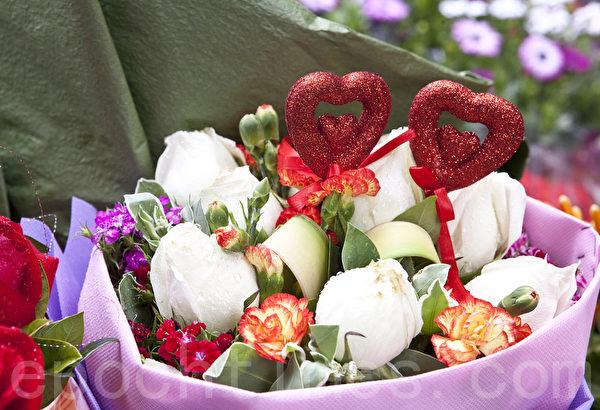 2月14日情人節,香港花市擺滿玫瑰花,吸引眾多市民選購。(大紀元)