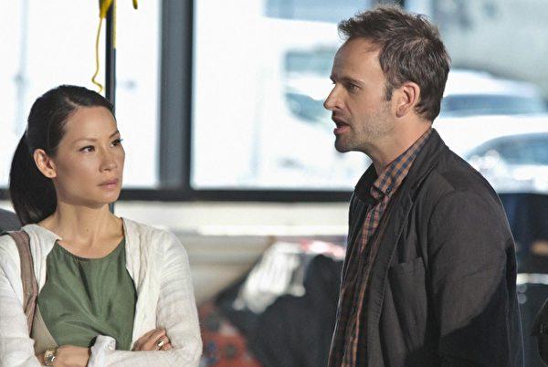 在美國犯罪類影集「福爾摩斯與華生」(Elementary)中,劉玉玲飾演華生醫生,男星強尼李米勒(Jonny Lee Miller)則飾演福爾摩斯。(圖/公視提供)