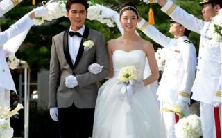 赵东赫(左)与徐智慧剧中的结婚照。(纬来戏剧台提供)