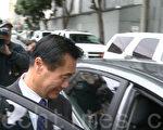 2014年3月31日,余胤良二次出庭,图为他出庭后在联邦大楼外上车离开。(林骁然/大纪元)