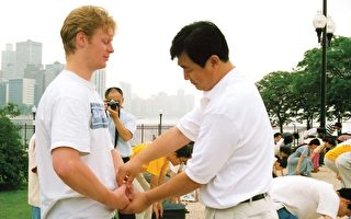 1999年6月,在美国芝加哥法轮大法修炼心得交流会期间,李洪志先生给参加晨炼的学员纠正动作。(明慧网)