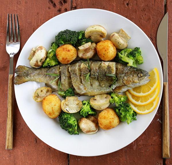 醫學界提倡均衡膳食、多吃天然食物,這樣才能得到比較完整的營養素。(Fotolia)
