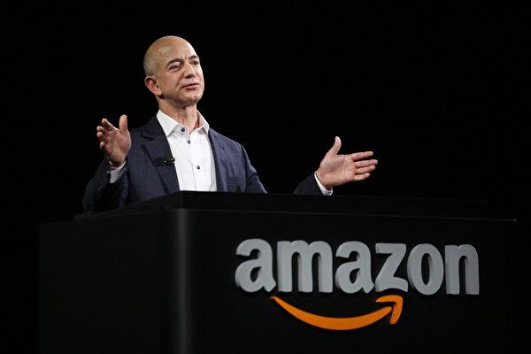 贝索斯于1994年创立了亚马逊,公司业务始于线上书店,随后走向多元化商品经营。(David McNew/Getty Images)