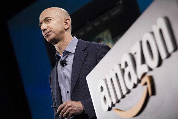 杰夫‧贝索斯于1994年创立了亚马逊,公司业务始于线上书店,随后走向多元化商品经营。而最新传出的消息称,亚马逊将建立一个实体书店的全国性网络,从网售回归实体店销售。(David Ryder/Getty Images)