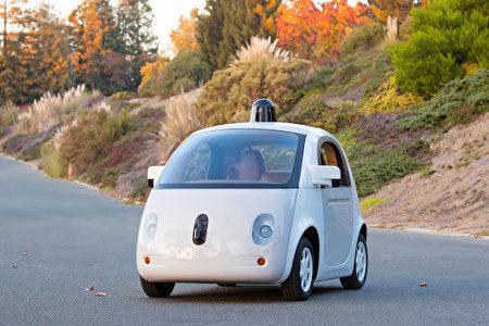 随着自驾车开始上路,搭车的人们不需要将注意力放在路上,这是绝佳做广告的机会。图为谷歌第一辆自驾车原型车。(Google 提供)