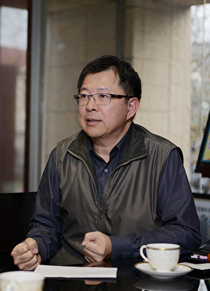 台中雙橡園・副總經理李樹生談論結構安全性,公司有自己的篩選機制。(龔安妮/大紀元)