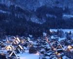 日本白川乡合掌村梦幻般的点灯景象被喻为冬日的童话村。(fotolia)