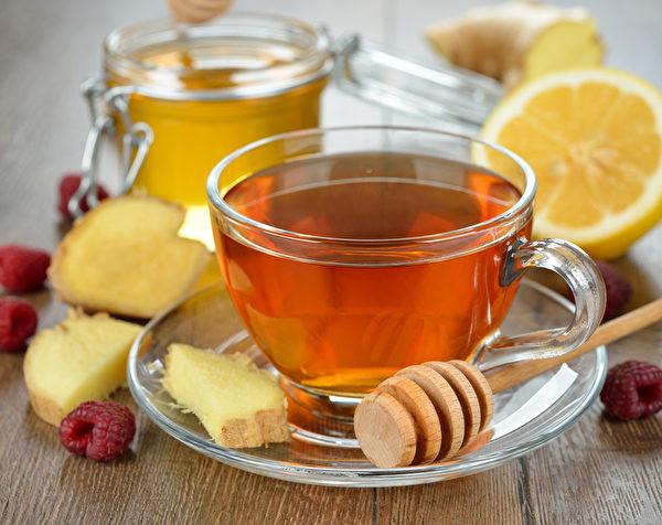 用柠檬片、蜂蜜、生姜汁制成的姜茶。(fotolia)