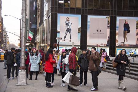 越来越多的中国大陆游客到美国旅游,预计到2020年,抵美旅游的中国游客数量高达2.34亿人次。图为纽约第五大道中国新年中国游客 。(戴兵/大纪元)
