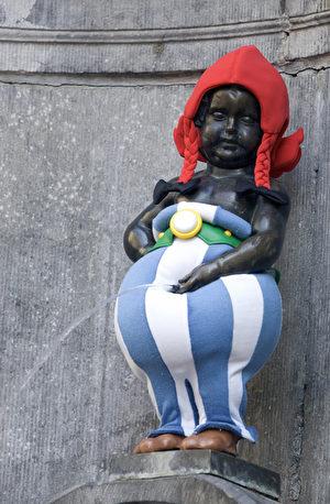 比利時著名的尿尿小童雕塑被打扮成卡通人物。(THIERRY MONASSE/AFP/Getty Images)