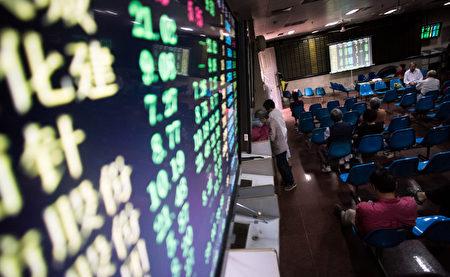肖钢被免去中共证监会主席职务,由刘士余接替,投资者关注大陆股市未来的走向。(AFP PHOTO/JOHANNES EISELE)