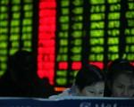 2月1日收盘沪指仍失守2700点,港股收跌0.4%。当天离岸人民币贬值,一度逼近6.61。(China Photos/Getty Images)