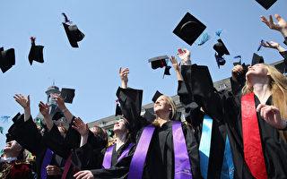 美国目前的失业率是十年来最低,美国乔治城大学教育和劳动力中心(CEW)首席经济学者尼克尔·史密斯说,今年是毕业的好时候。(Photo by Andreas Rentz/Getty Images)