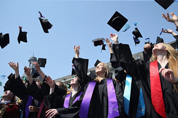 美國目前的失業率是十年來最低,美國喬治城大學教育和勞動力中心(CEW)首席經濟學者尼克爾·史密斯說,今年是畢業的好時候。(Photo by Andreas Rentz/Getty Images)
