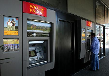 富国银行并非唯一一家在销售业绩压力下,员工为客户私开账户的银行,多家美国大型银行或区域银行的员工透露,他们也在做同样的事,只是尚未被监管机构发现。(Justin Sullivan/Getty Images)