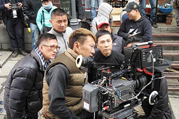 導演葉偉信(左)和甄子丹在拍攝現場。(華映電影提供)