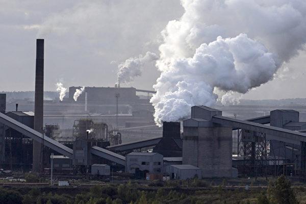 欧洲钢铁业者呼吁针对进口的低价钢铁产品,特别是来自中国的钢铁产品,采取反倾销措施。图为英国东北部的一家钢铁厂。(LINDSEY PARNABY / AFP)