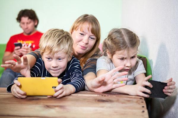 小小滑手族增加 專家籲三歲前遠離螢幕