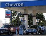 洛杉磯縣和橙縣油價下跌至2009年以來的最低點。(Justin Sullivan/Getty Images)