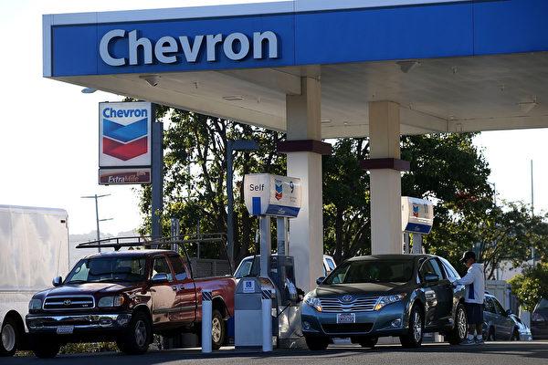 洛杉矶县和橙县油价下跌至2009年以来的最低点。(Justin Sullivan/Getty Images)