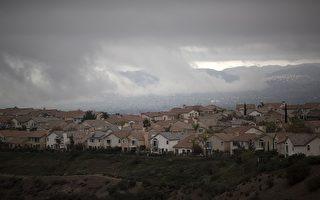 州長布朗在1月6日(星期三)終於宣布波特牧場(Porter Ranch)進入緊急狀態,並指定將動用全州力量幫助解決煤氣泄漏問題。圖為兩個月的瓦斯外洩事件,致使數千居民離開了波特牧場。(DAVID MCNEW/AFP/Getty Images)