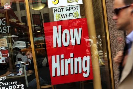 週二(2月9日)美國勞工部公布去年12月全美職位空缺的數量達560萬個,僅略低於去年7月創新高的570萬個,幾乎是2009年7月的3倍。(Spencer Platt/Getty Images)