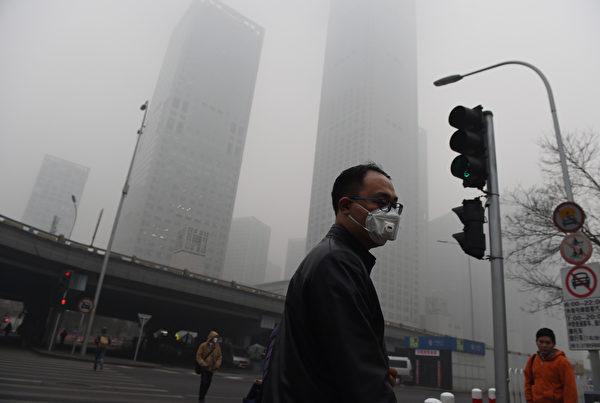 绿色和平于2016年1月20日表示,八成中国城市在2015年的空气质量未达标准。图为一名北京居民在空气污染严重的日子戴上口罩。(GREG BAKER / AFP)