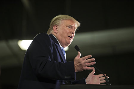 美國共和黨總統參選人川普的髮型向來是媒體焦點,川普已「澄清」頭髮是真的,髮型師則認為他的造型過時不討喜,不過「川式」扁帽髮型辨識度高,已成為標誌。 (Aaron P. Bernstein/Getty Images)