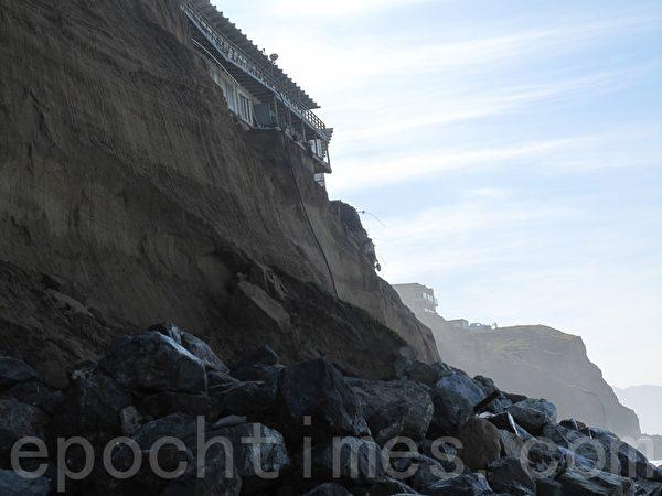 靠近太平洋海岸的海景公寓樓房今年遭受厄爾尼諾風暴嚴重侵蝕,房屋地基正在坍塌。(李文淨/大紀元)