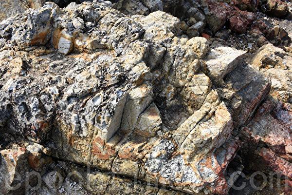 火山角砾岩如其名,岩石缝隙呈直线,宛如被利器切割过。(孙明国/大纪元)