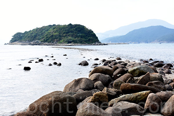 桥咀洲毗邻桥头岛,由一条250米长的连岛沙洲连接起来。退潮后可以走过去。(孙明国/大纪元)