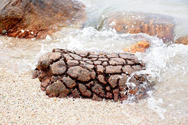 石英二长岩状似菠萝包被称为野外菠萝包。常年累月在海浪冲击下,逐渐成形。或许石猴是这样出世的。(孙明国/大纪元)