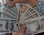 強勢美元「豬羊變色」,對日圓和歐元近期約貶值14.5%和10%。(TANG CHHIN SOTHY/AFP/Getty Images)