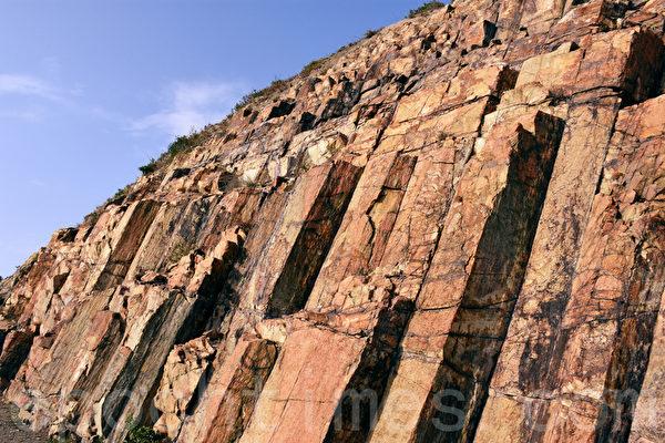 香港糧船灣萬宜水庫東壩的六角形岩柱是含矽量超過百分之60的淺黃色酸性火山岩,非常罕見。(孫明國/大紀元)