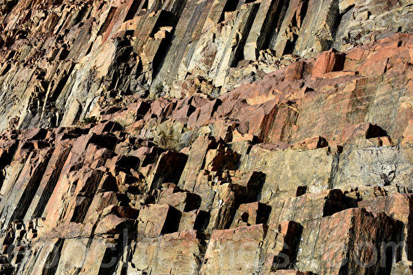 猶如天梯般六角岩柱牆,非常壯觀。(孫明國/大紀元)