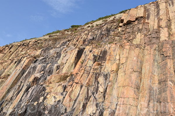 由六角岩柱组成的高墙,宛如一幅天然的岩石壁画。(孙明国/大纪元)