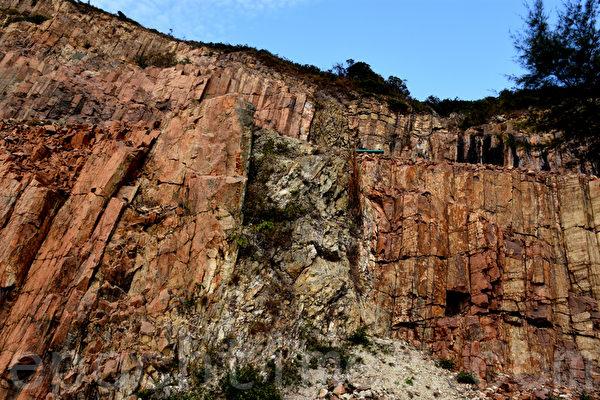 地壳的错位移动使岩柱墙出现裂缝。剧烈的摩擦使断层上的岩石被挤压成碎块。形成2米兑款的断层角砾带。(孙明国/大纪元)