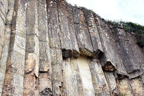 六角岩柱群经过日晒雨淋,偶尔也会断裂脱落,所以游客观赏石壁时最好不要太靠近。(孙明国/大纪元)