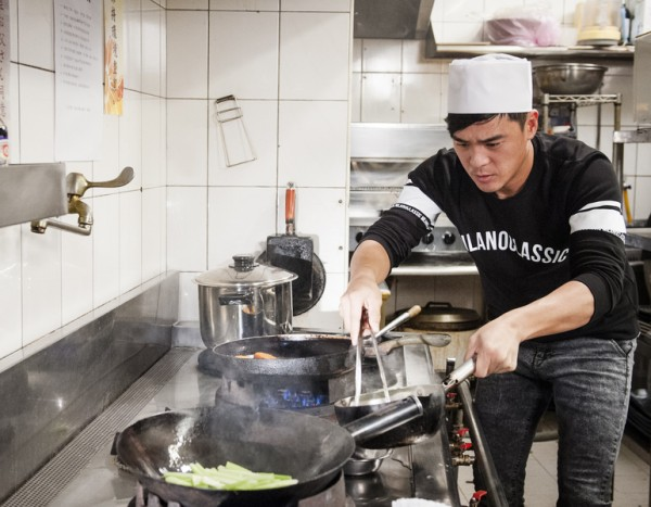 """窦智孔扮演""""刀工第一、料理倒数第一""""的厨师。(台视提供)"""
