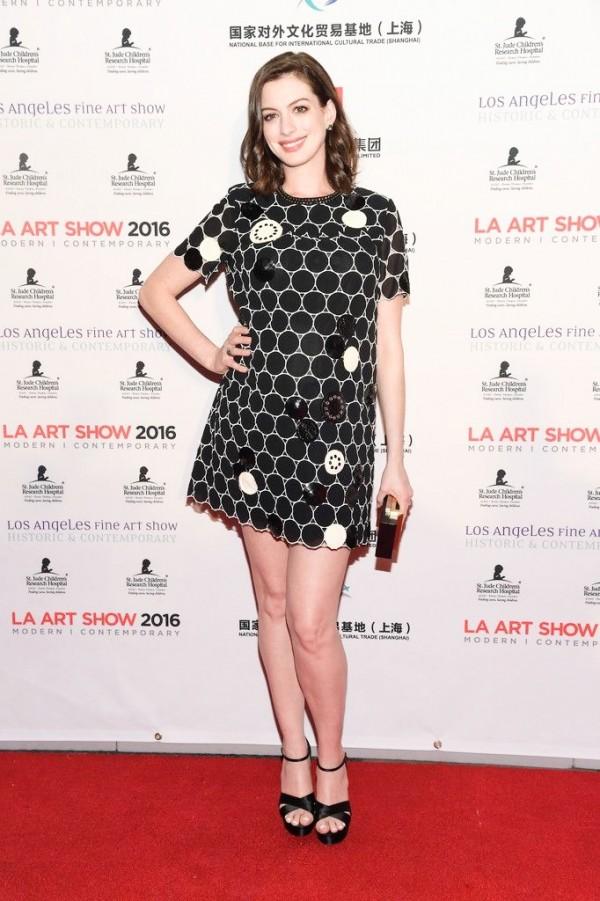 好萊塢女星安‧海瑟薇懷孕7個月,粉嫩明亮好氣色,加上甜甜的笑容,一點都不像孕婦。(法新社)