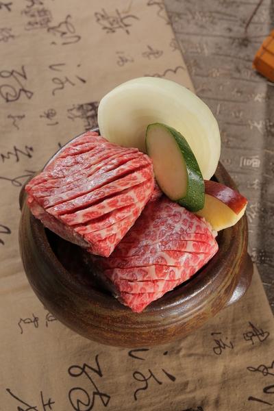 瓷器里腌牛排(张学慧/大纪元)
